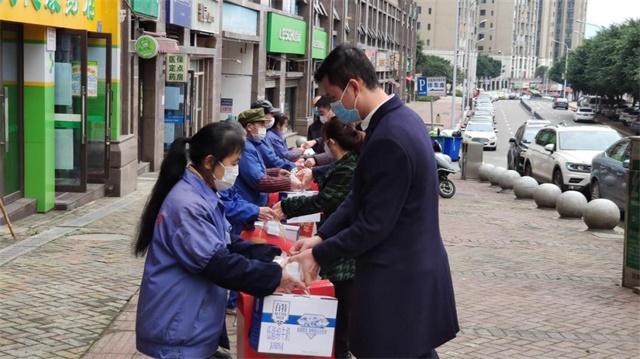 乐投letou国米香港集团党委 慰问坚守在一线的防控人员